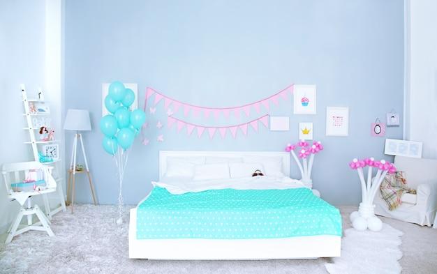 Bellissimo interno della stanza del bambino decorato per la festa di compleanno