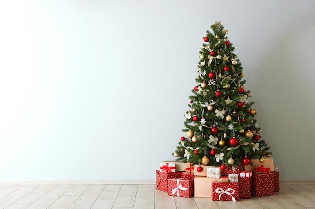 Bellissimo interno decorato per natale o capodanno albero di natale e regali posto per il testo