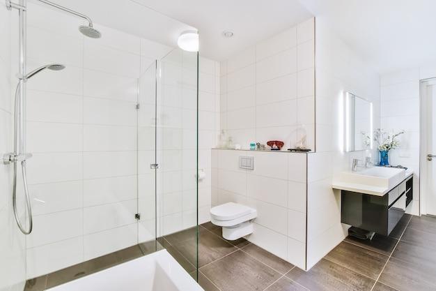 Un bellissimo design degli interni del bagno moderno