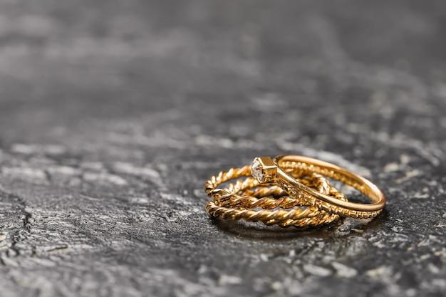 Bellissimi gioielli sul tavolo scuro