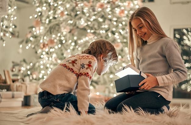 I bei bambini con i regali seduti per terra
