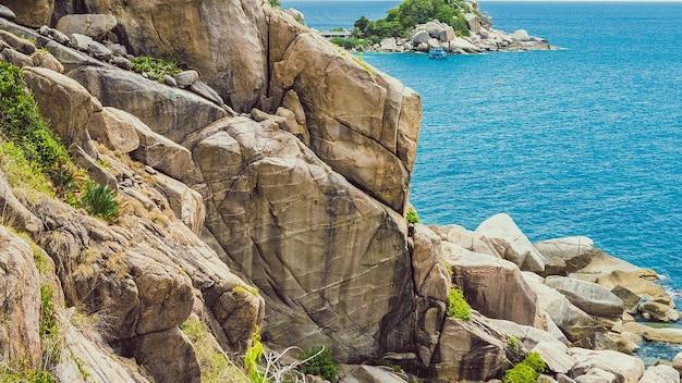 Belle isole di koh tao in thailandia. grandi pietre con laem thian beach