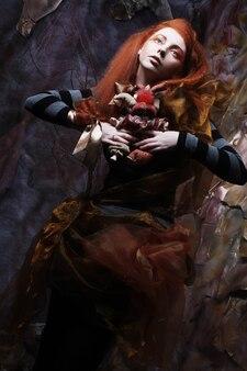Bella signora con trucco artistico con bambola
