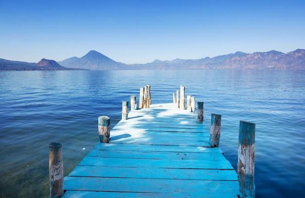 Bellissimo lago atitlan e vulcani negli altopiani del guatemala, america centrale