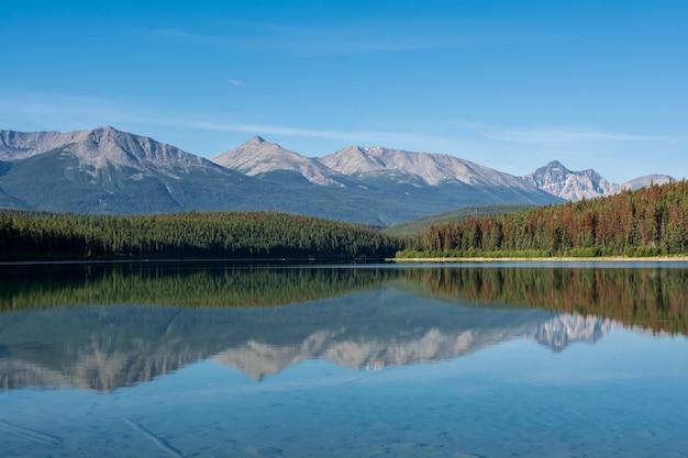 Un bellissimo lago. acqua limpida di un lago di montagna. montagna piramide al lago piramide
