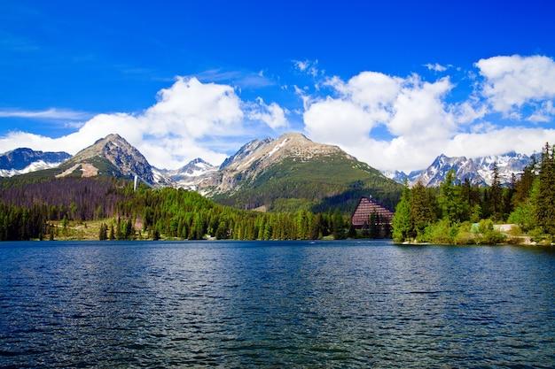 Bellissimo lago nelle montagne della slovacchia