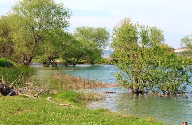 Bellissimo lago e montagne di rocce primaverili dietro (crimea, ucraina)