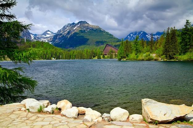Bellissimo lago strbske pleso nei tatra, in slovacchia