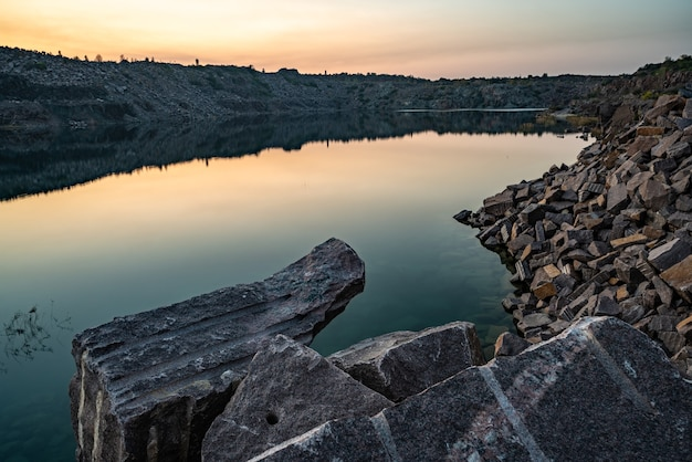 Bellissimo lago circondato da grandi cumuli di pietra