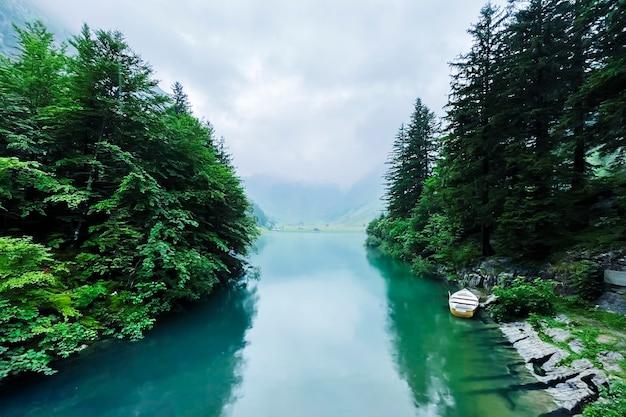 Bellissimo lago nelle alpi svizzere.