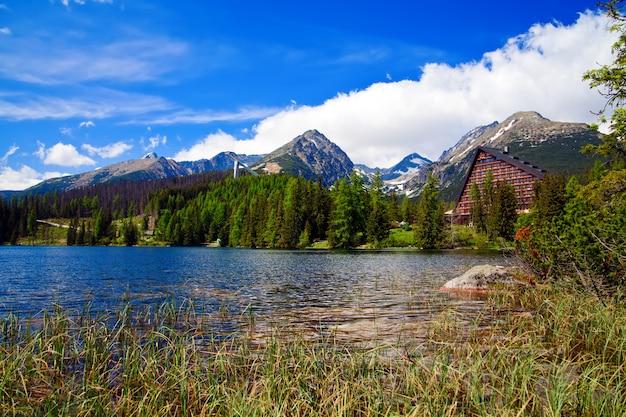 Splendida vista lago nelle montagne della slovacchia