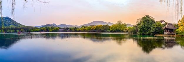 Il bellissimo paesaggio e paesaggio architettonico del lago ad ovest di hangzhou