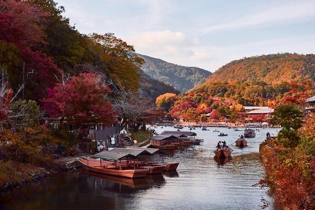 Bellissimo paesaggio del fogliame autunnale ad arashiyama, kyoto