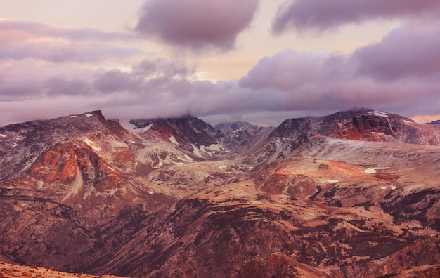 Bellissimo paesaggio di beartooth pass. shoshone national forest, wyoming, stati uniti. scena di alba.