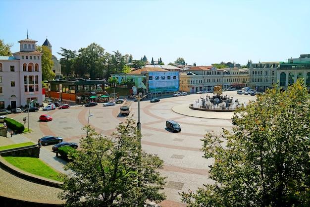 Bellissimo paesaggio di david agmashenebeli square con la fontana della colchide kutaisi city georgia