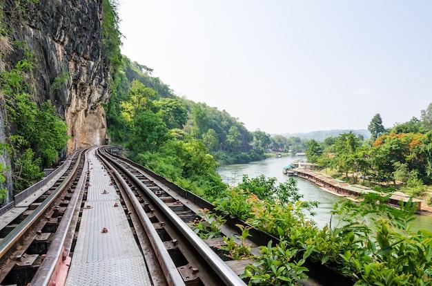 Bellissimo paesaggio ponte ferroviario della morte sul fiume kwai noi nella grotta krasae nella provincia di kanchanaburi thailandia