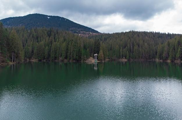 Bellissimo paesaggio che mangia intorno al lago in primavera. lago synevyr nei carpazi dell'ucraina. parco nazionale synevyr polyana nella regione della transcarpazia. ucraina, europa Foto Premium