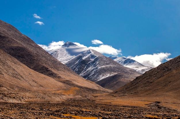 Bello paesaggio nella catena montuosa dell'himalaya e neve nella regione di ladakh, india