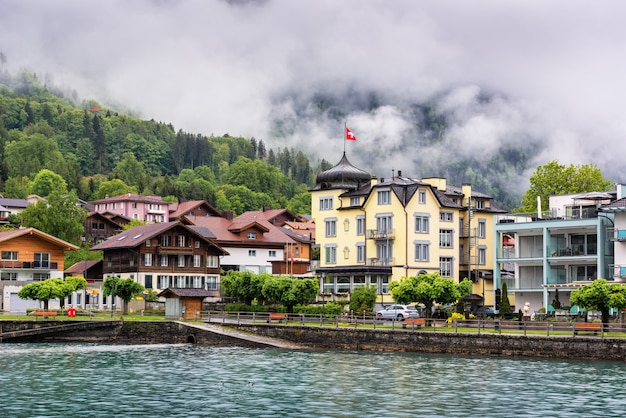 Bellissimo paesaggio del lago di brienz e della città vecchia di interlaken, svizzera.