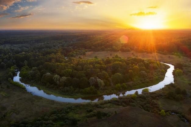 Bellissimo paesaggio dell'alba mattutina su un fiume tortuoso dalla vista aerea.