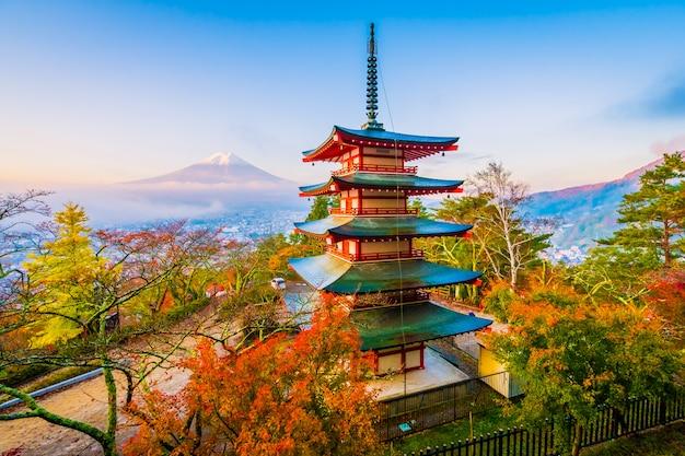 Bello paesaggio della montagna fuji con la pagoda di chureito intorno all'albero della foglia di acero in autunno