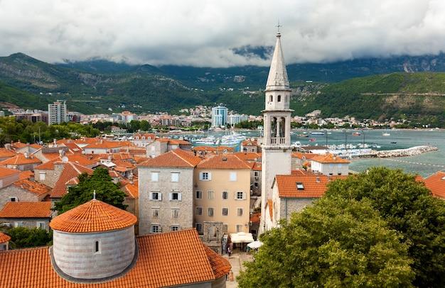 Bellissimo paesaggio della città vecchia con tetti rossi e alta torre