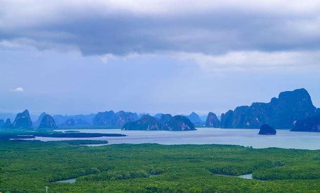 Bellissimo paesaggio della baia di phang nga con foresta di mangrovie con cielo nuvoloso prima di un temporale.