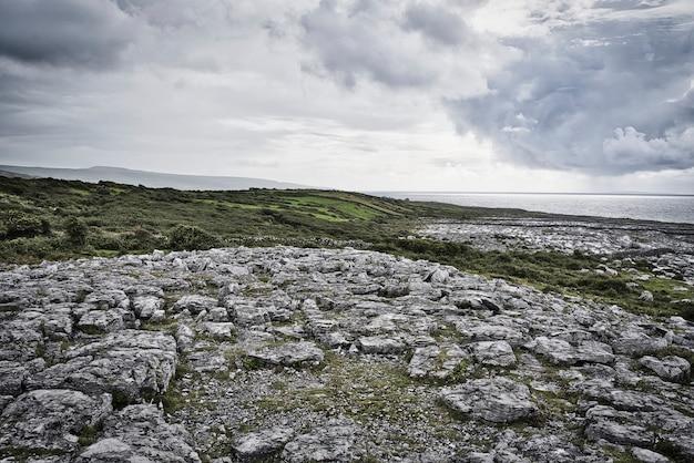 Bellissimo paesaggio di costa rocciosa nella contea di cork.