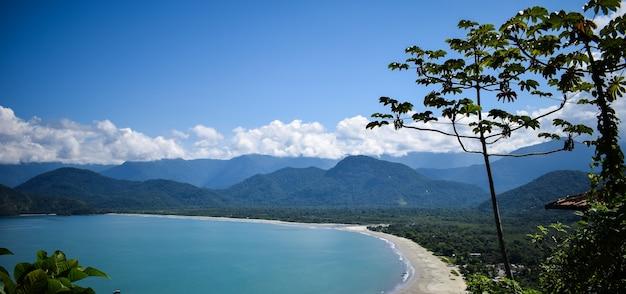 Bellissimo paesaggio di mare, montagna, spiaggia e cielo blu con nuvole