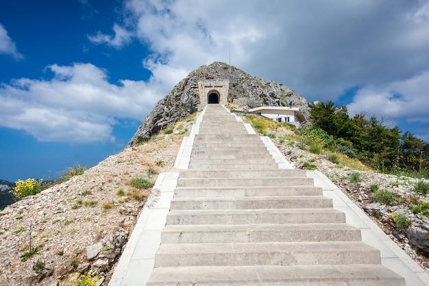 Bellissimo paesaggio di scale e tunnel in montagna di lovcen