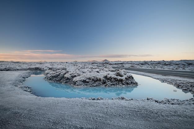 Bei paesaggio e tramonto vicino alla stazione termale blu della sorgente di acqua calda della laguna in islanda