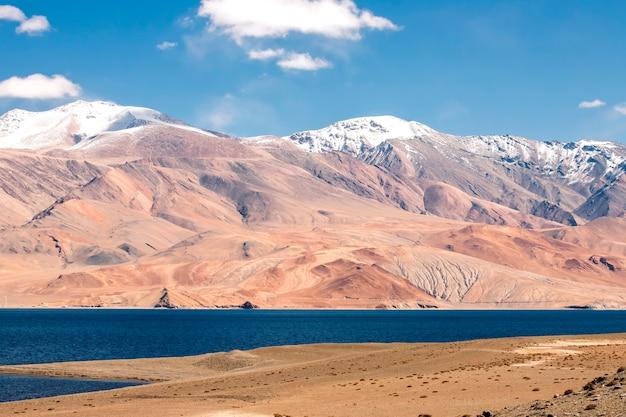 Bellissimo paesaggio, lago tso moriri in giornata di sole limpido con montagna