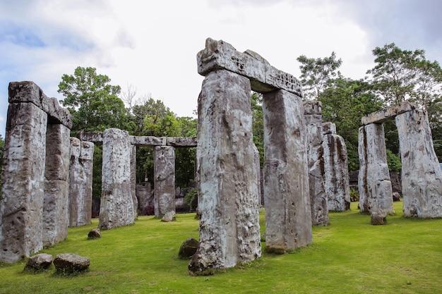 Bellissimo paesaggio della disposizione unica di pietra a stonehenge