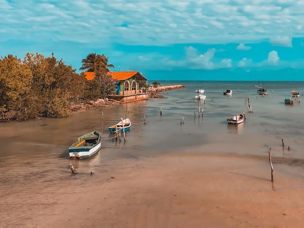 Bellissimo paesaggio con barche ad alta marea sul mare