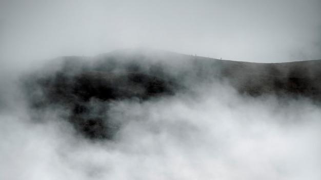 Bellissimo paesaggio con nuvole, dolomiti, italia bw