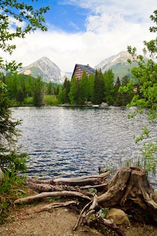 Bellissimo paesaggio con il lago di tatra, in slovacchia
