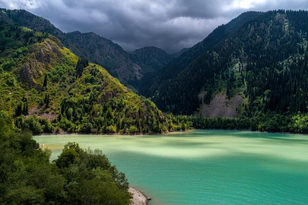 Bellissimo paesaggio con un lago di montagna