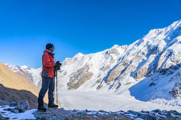 Bellissimo paesaggio con montagne un enorme ghiacciaio blu