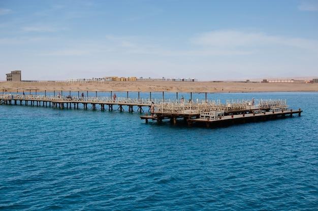 Bellissimo paesaggio con un molo in alto mare