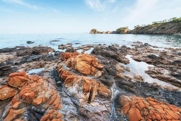 Bellissimo paesaggio con rocce nella costa