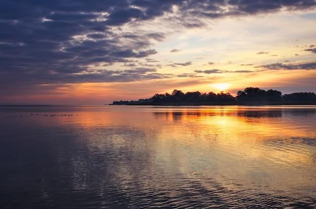 Bellissimo paesaggio con cielo e mare infuocati al tramonto. composizione della natura