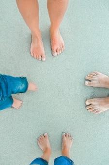 Belle gambe sulla sabbia vicino al mare sullo sfondo della natura