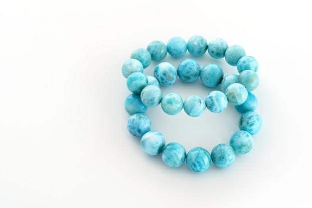 Bellissimi braccialetti azzurri larimar o stefilia's stone su sfondo bianco