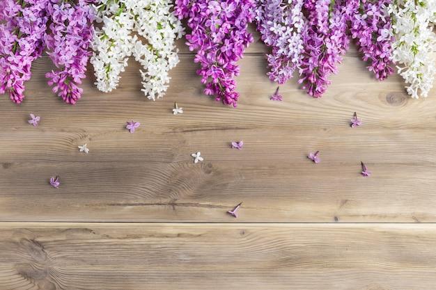 Il bellissimo lilla su uno sfondo di legno. vista dall'alto