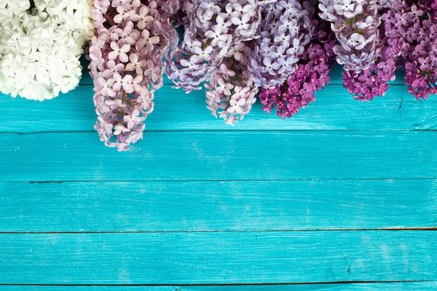 Il bellissimo lilla su uno sfondo di legno.