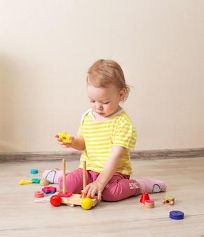 Bellissimo bambino gioca con i cubi di legno