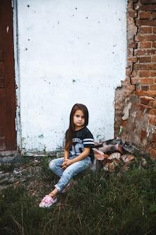 Bella bambina in jeans stracciati. moda bambino