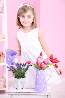 Bella bambina e stand con fiori