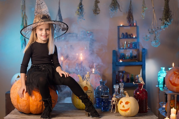 Bella piccola strega con decorazioni di halloween
