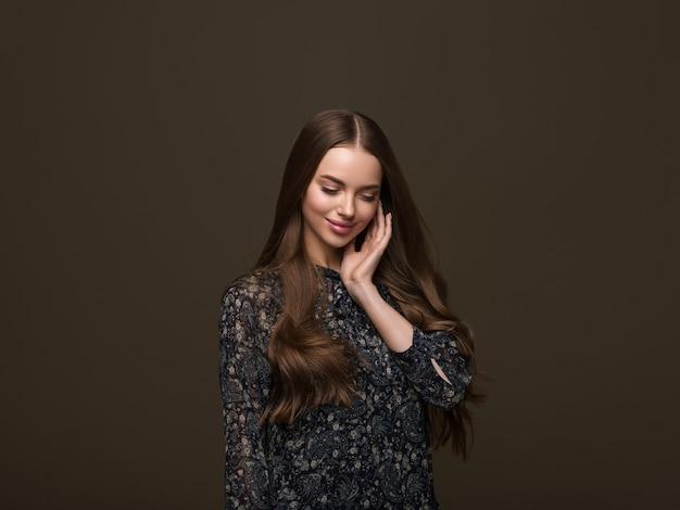 Ritratto di acconciatura di bellezza di bella donna capelli ondulati lunghi